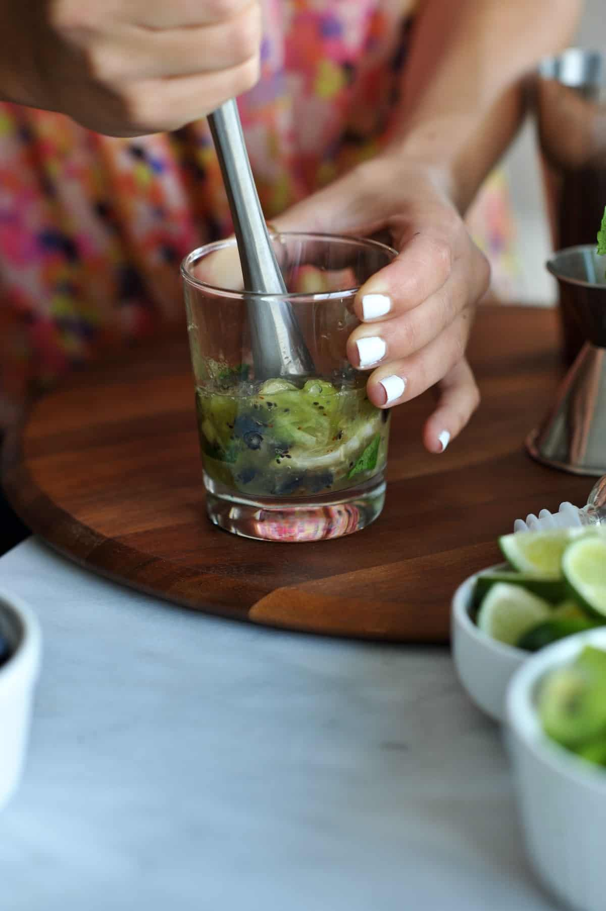 kiwi blueberry mojito recipe via @mystylevita - 6