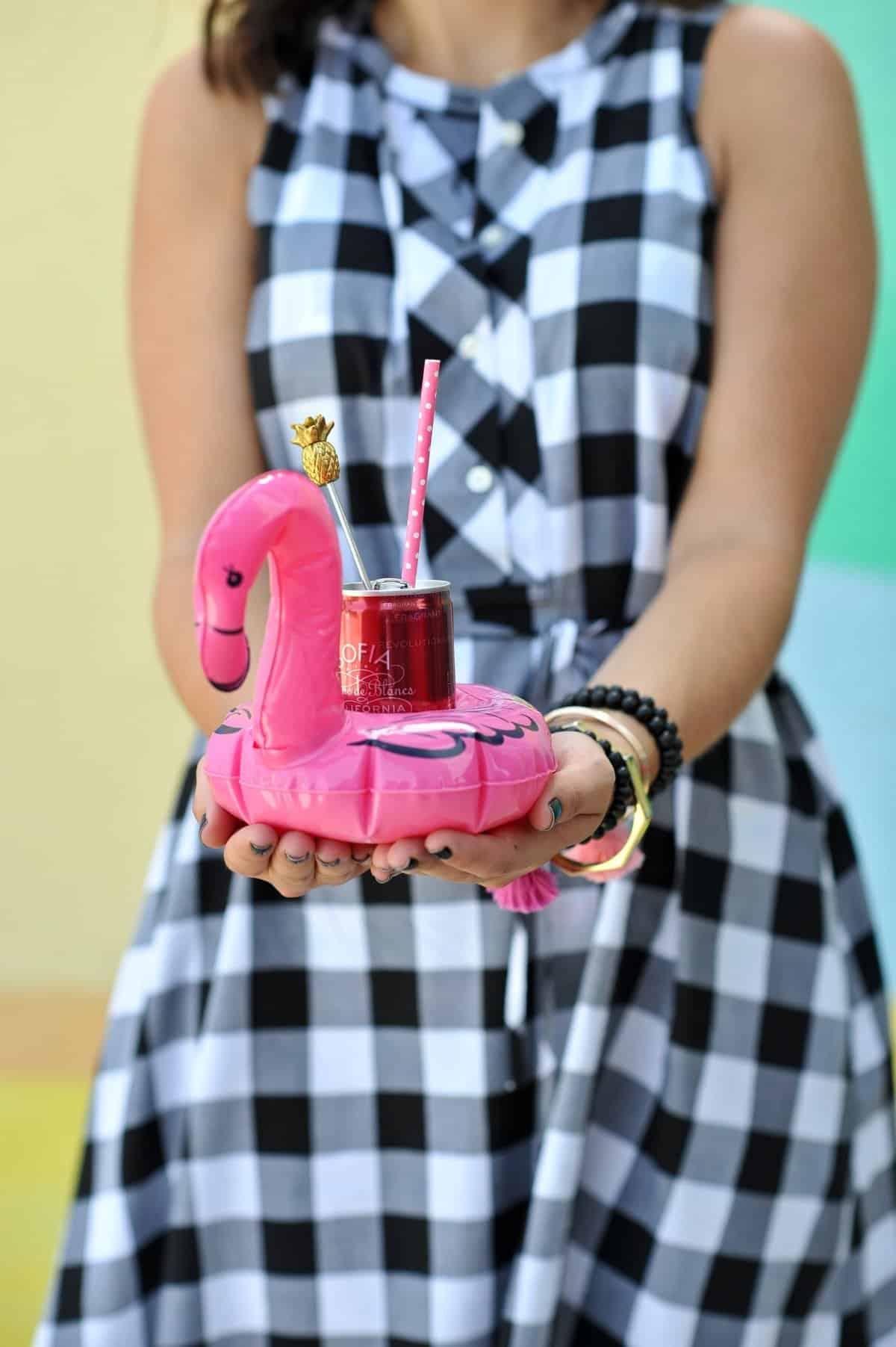 adult pool party ideas, swan pool float, flamingo inflatable drink holder via @mystylevita