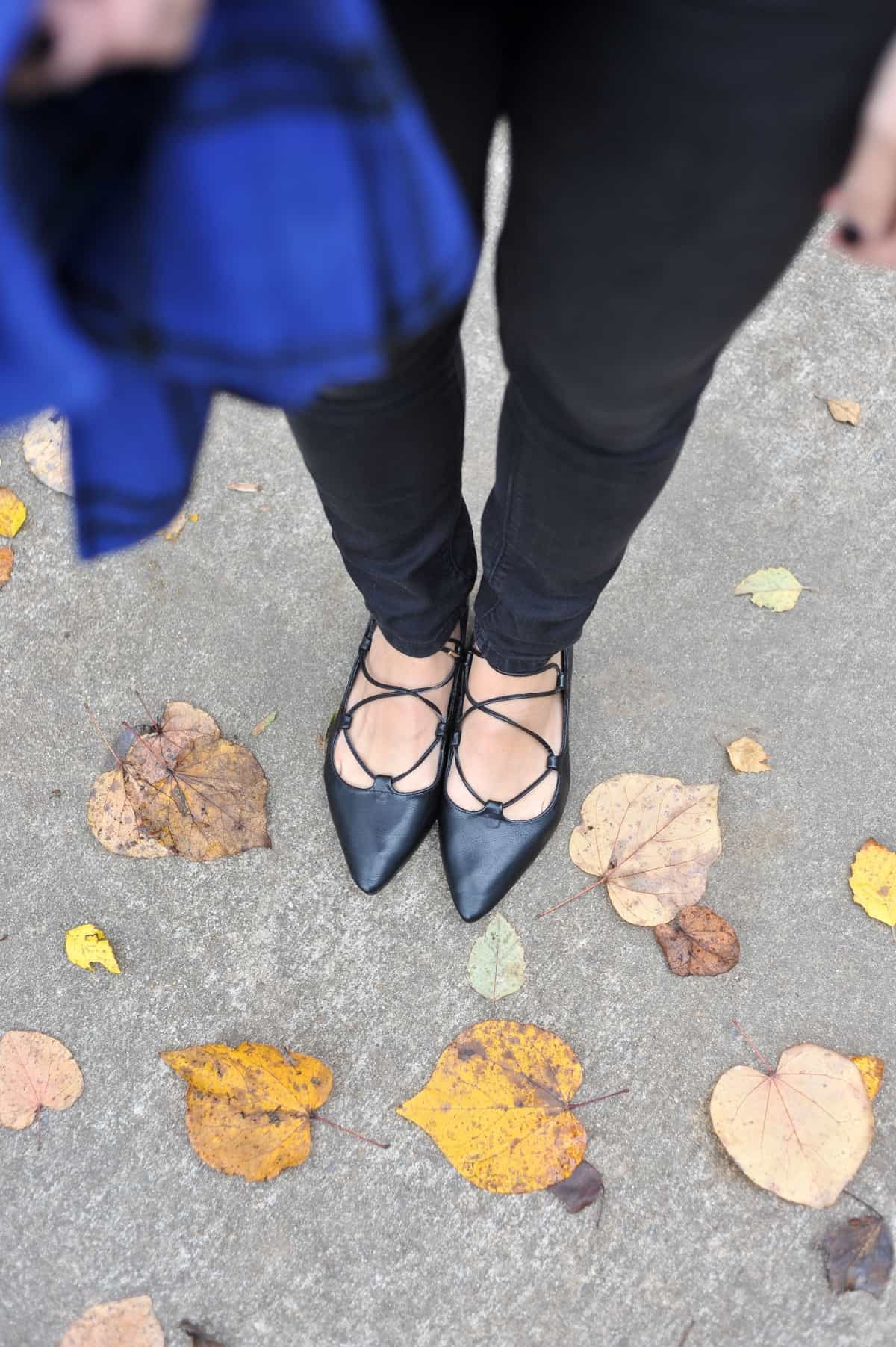 black lace up flats, shoe shot, comfortable stylish shoes - My Style Vita @mystylevita