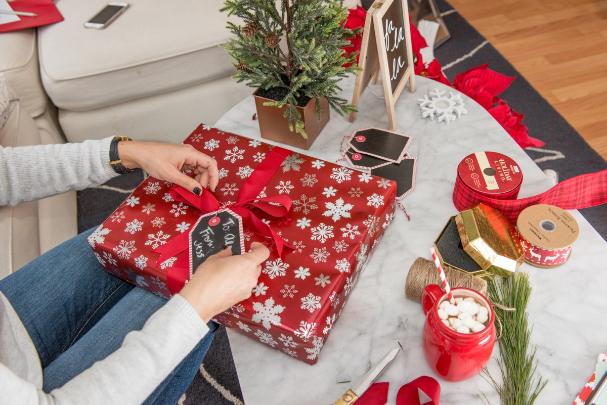 how to tie a bow for presents, unique gift wrap ideas - My Style Vita @mystylevita