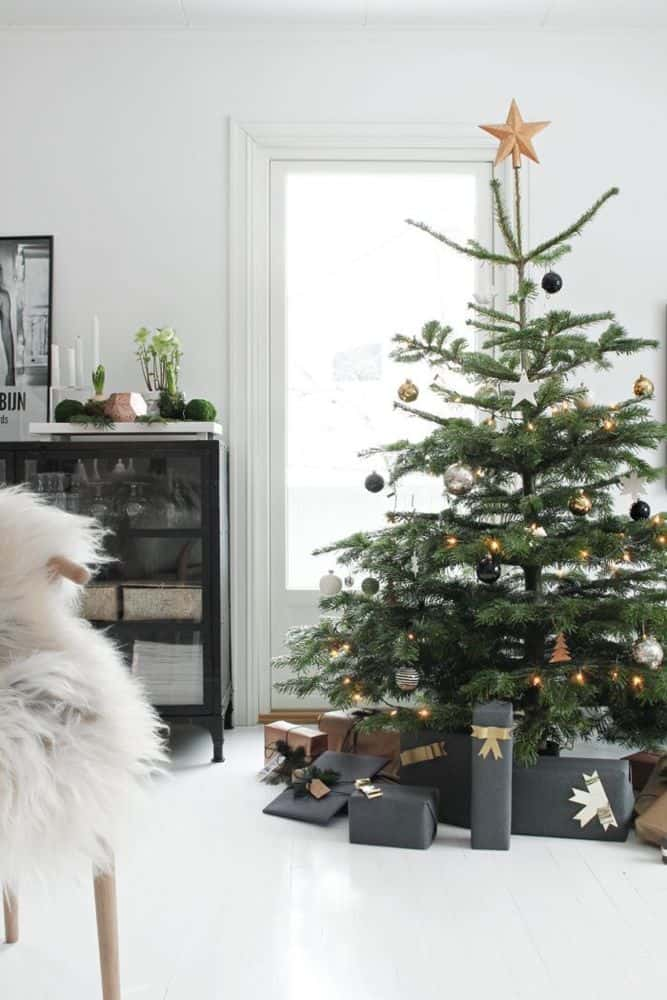 black and white christmas decor ideas decorating with black for christmas my style vita - How To Decorate My Black Christmas Tree
