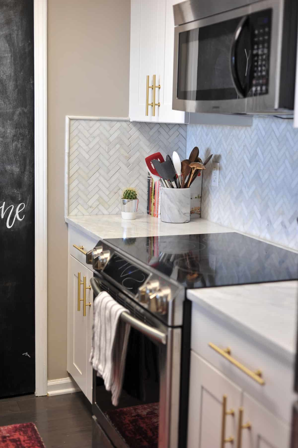 all white and brass kitchen, white kitchen ideas, marble in the kitchen - My Style Vita @mystylevita - 2