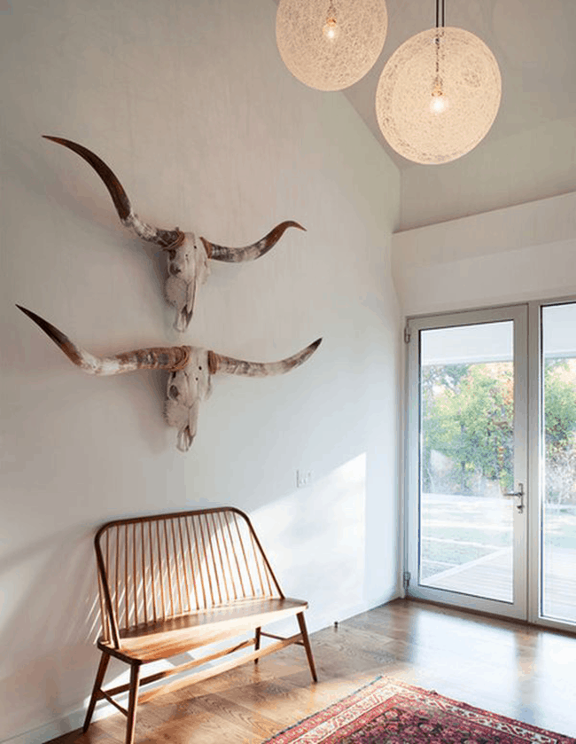 white-walls-and-skulls-longhorn-decorating-ideas