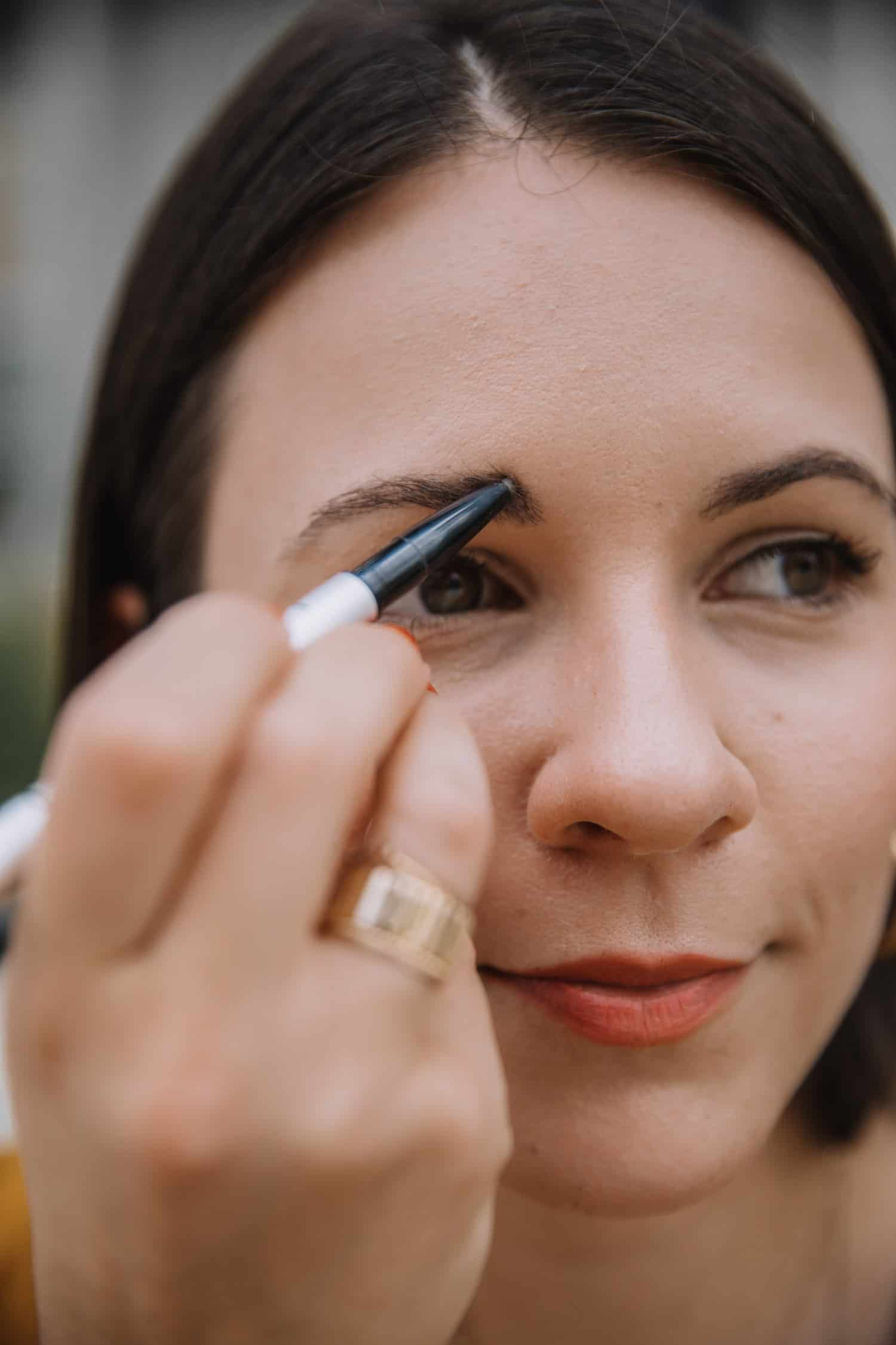 jessica camerata shows you how to use the it cosmetics brow power pencil